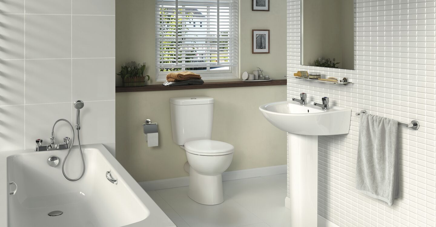 Smooth close coupled toilet (plastic hinges)